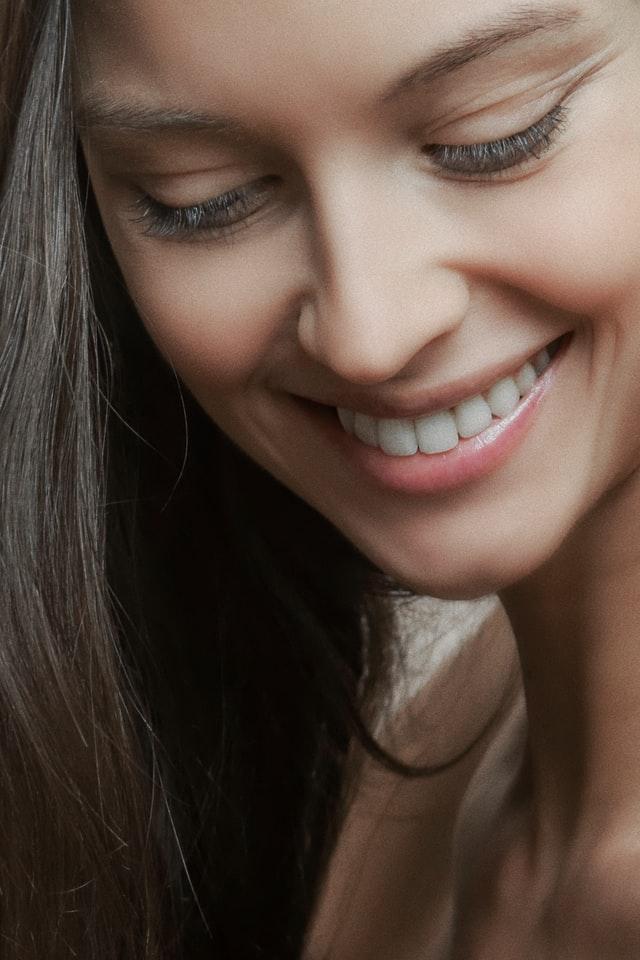 szczęśliwa uśmiechająca się kobieta z miłą aparycją